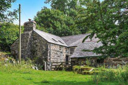 3 Bedrooms Detached House for sale in Golan, Garndolbenmaen, Gwynedd, LL51