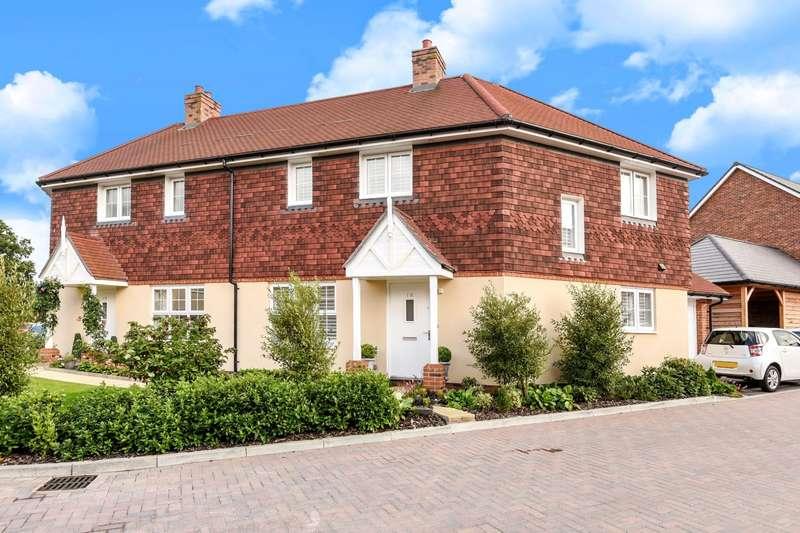 3 Bedrooms Semi Detached House for sale in Hawthorn Way, Billingshurst, RH14