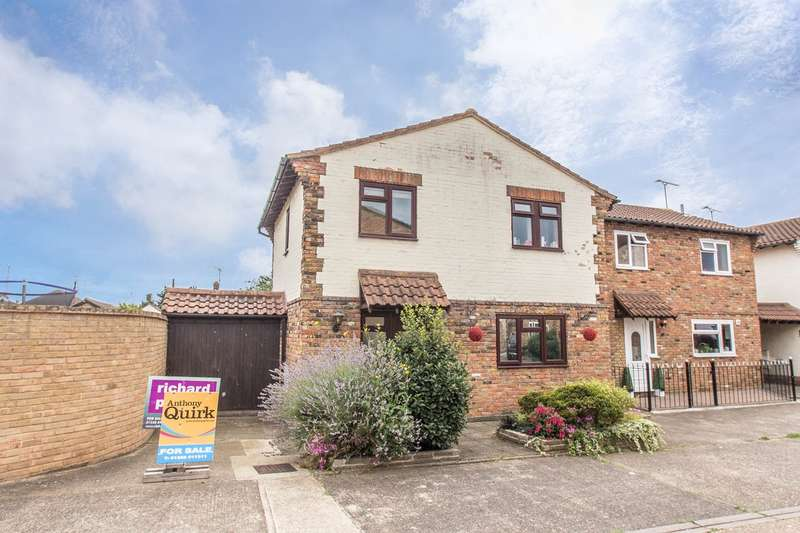 3 Bedrooms Detached House for sale in Merlin Court, Canvey Island, SS8