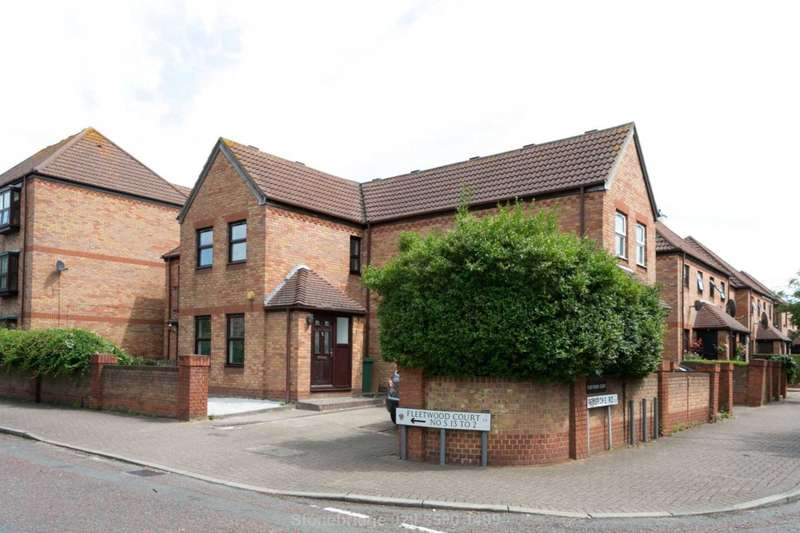 2 Bedrooms Terraced House for sale in Fleetwood Court, Beckton