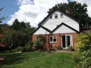 3 Bedrooms Semi Detached House for sale in Holly Bank, Rye Road, Hawkhurst, Cranbrook