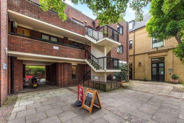 1 Bedroom Flat for sale in Richmond, Surrey, .