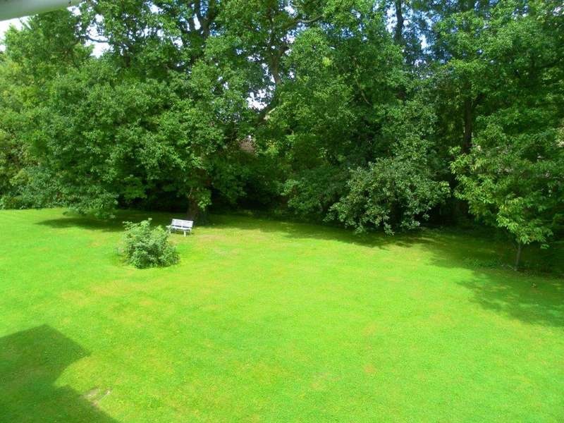 2 Bedrooms Flat for sale in Hayes Lane, Park Langley, Beckenham, Kent, BR3 6SP