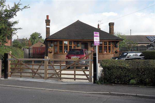 3 Bedrooms Detached Bungalow for sale in Main Road, Underwood