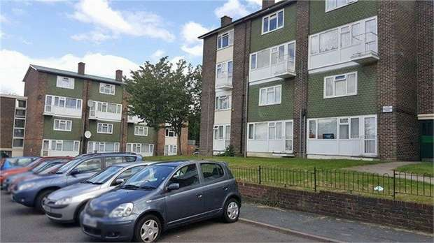 2 Bedrooms Flat for sale in Frensham Drive, New Addington, Croydon, Surrey
