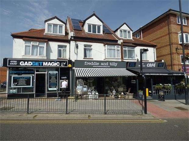 2 Bedrooms Maisonette Flat for sale in Elmsleigh Drive, Leigh-on-Sea, Leigh-on-Sea, Essex. SS9 3DA