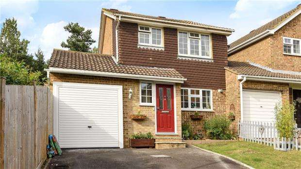 3 Bedrooms Link Detached House for sale in Dovedale Close, Heath Park, Sandhurst