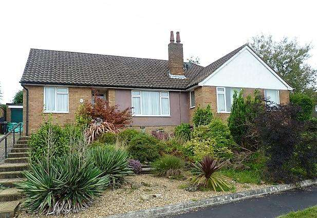 2 Bedrooms Semi Detached Bungalow for sale in Longview, Heathfield, TN21 8BN