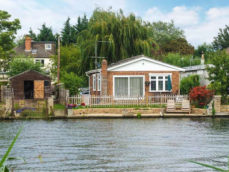 2 Bedrooms Detached Bungalow for sale in The Island, Wraysbury, TW19