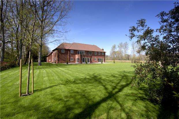 5 Bedrooms Detached House for sale in New Mill Road, Finchampstead, Eversley