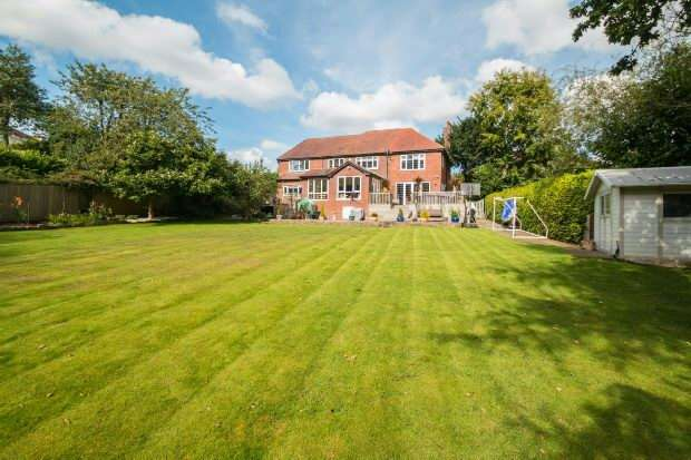 5 Bedrooms Detached House for sale in Rivershill Gardens, Hale Barns