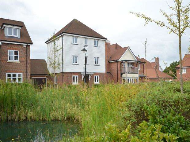 3 Bedrooms Detached House for sale in Bulrushes, Fleet, Hampshire