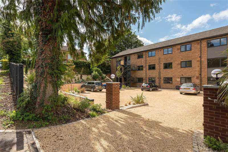 2 Bedrooms Flat for sale in Lincoln House, Brookfield Road, Wooburn Green, Buckinghamshire, HP10