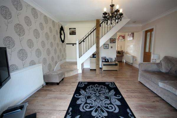 3 Bedrooms Chalet House for sale in Halstead Road, Kirby Cross