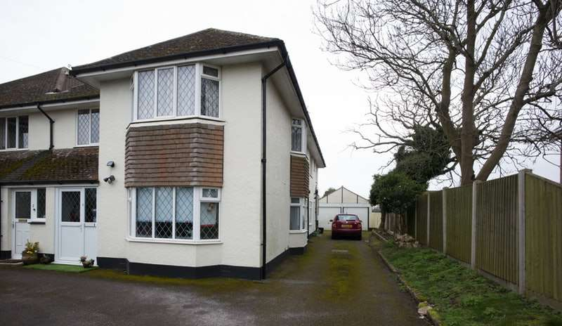 3 Bedrooms Flat for sale in LYNDHURST RD, CHRISTCHURCH, Dorset, BH23