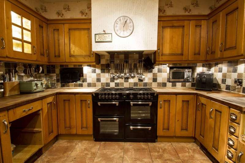 5 Bedrooms Detached House for sale in Charles Street, Eastborough, Dewsbury, WF12