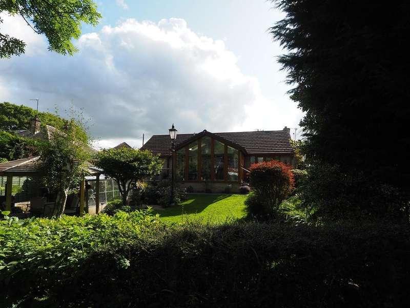 3 Bedrooms Detached Bungalow for sale in Watburn Road, New Mills, High Peak, Derbyshire, SK22 4HH