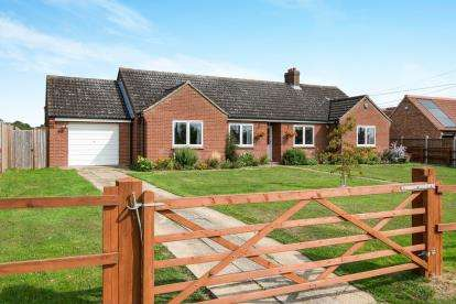 4 Bedrooms Bungalow for sale in Flordon, Norwich, Norfolk