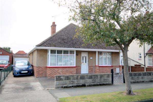 2 Bedrooms Bungalow for sale in Salisbury Road, Holland on Sea