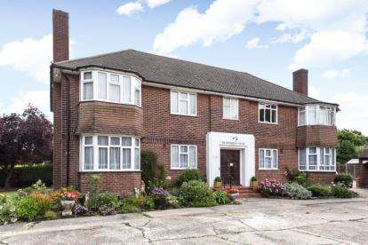2 Bedrooms Flat for sale in Devonshire Court, Wickham Road, Shirley, Croydon