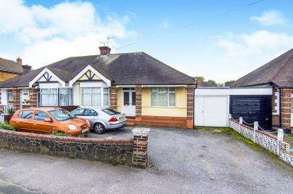 4 Bedrooms Bungalow for sale in Rise Park, Romford, Essex