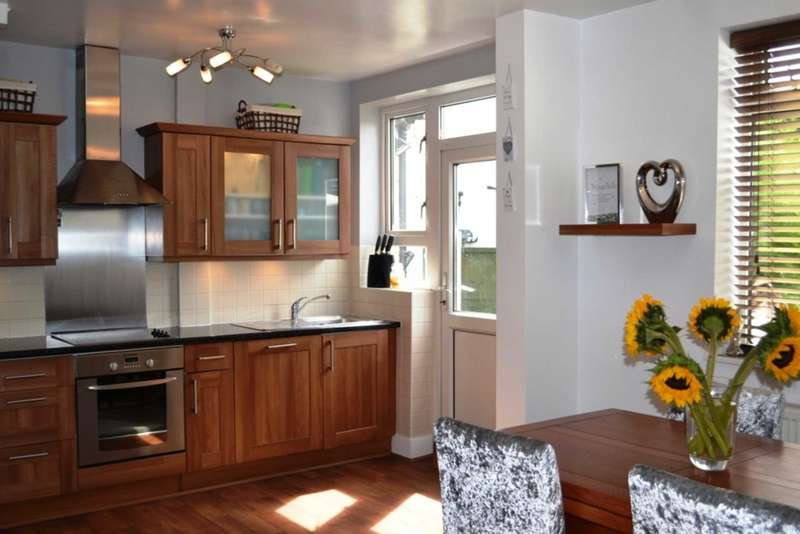 3 Bedrooms Semi Detached House for sale in Heather Avenue, Romford