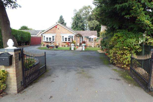 3 Bedrooms Bungalow for sale in Pamber Heath, Tadley, Hampshire