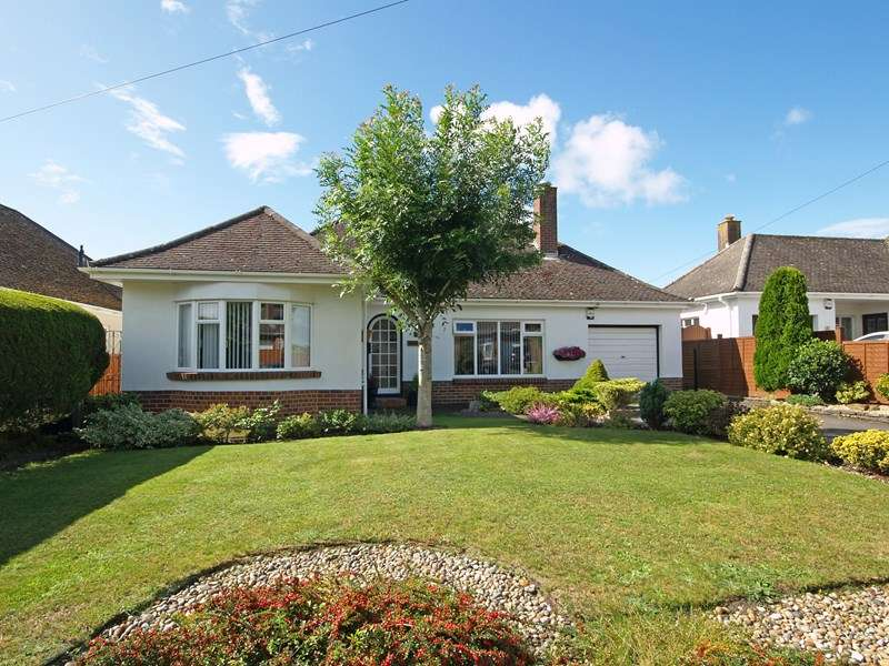 3 Bedrooms Bungalow for sale in Forest Way, Highcliffe, Christchurch