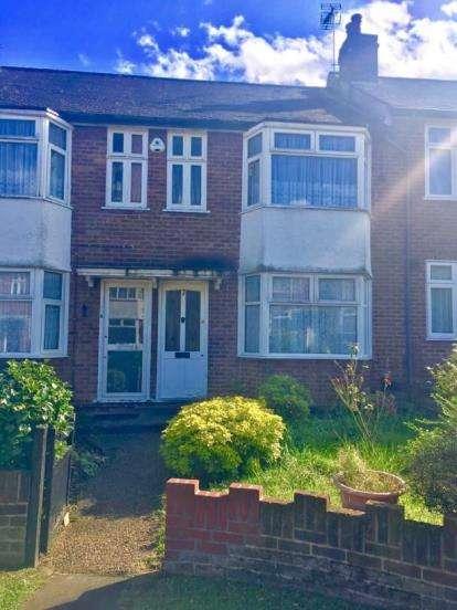 2 Bedrooms Maisonette Flat for sale in Selwyn Court, Bacon Lane, Edgware