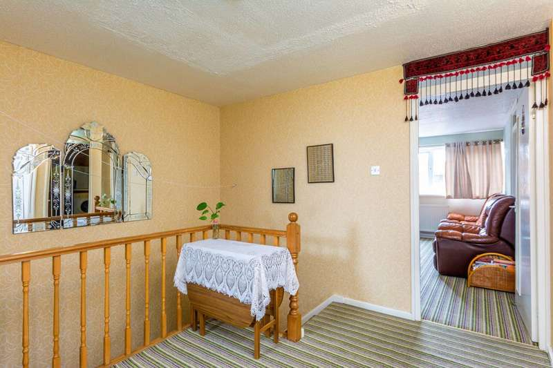 3 Bedrooms Flat for sale in Cheyne Path, Hanwell, W7