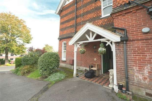 2 Bedrooms Flat for sale in King Henrys Road, Lewes, East Sussex