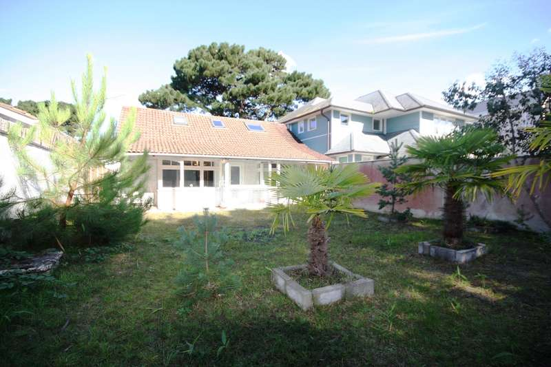 2 Bedrooms Detached Bungalow for sale in Panorama Road, Sandbanks, Poole, BH13