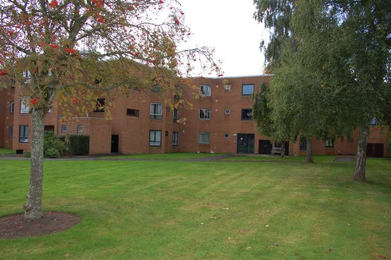 2 Bedrooms Flat for sale in Summerfeild Court, Taunton