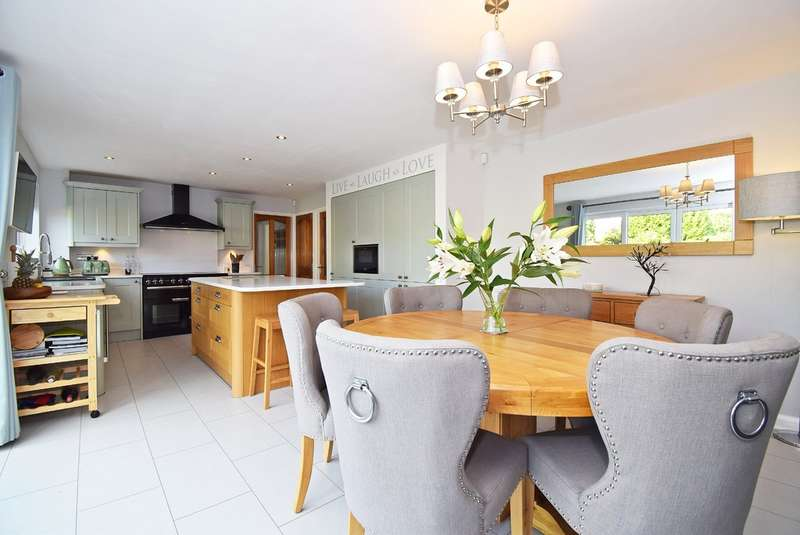 4 Bedrooms Detached House for sale in Woodthorpe Park Drive, Wakefield