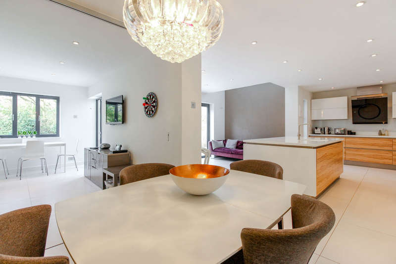4 Bedrooms Semi Detached House for sale in Chiltern Way, Woodford Green