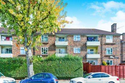 2 Bedrooms Flat for sale in Chudleigh Road, Harold Hill, Essex