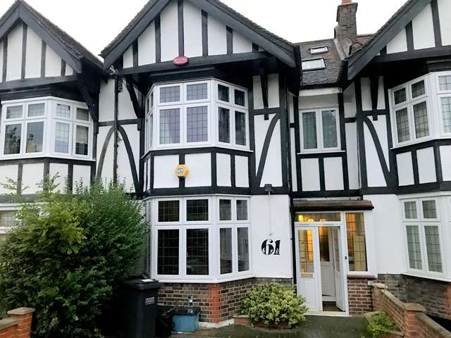 4 Bedrooms Detached House for sale in Four Bedroom House in Surrey 825,000