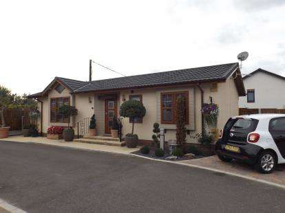 2 Bedrooms Bungalow for sale in Flag Hill, Great Bentley, Essex