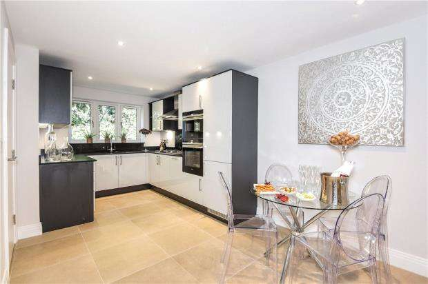3 Bedrooms End Of Terrace House for sale in St. Marks Road, Binfield, Bracknell
