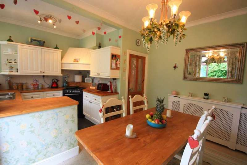 3 Bedrooms Semi Detached House for sale in Milton Road, Prestwich