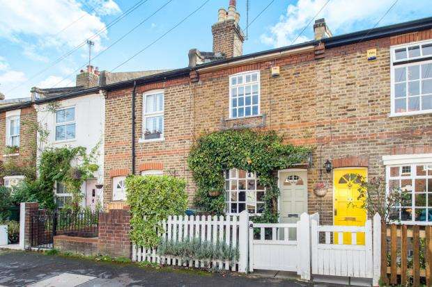 2 Bedrooms Semi Detached House for sale in Thames Ditton, Surrey
