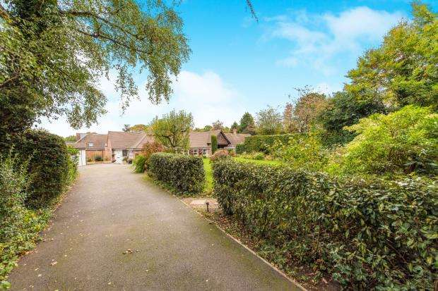 4 Bedrooms Bungalow for sale in Woking, Surrey