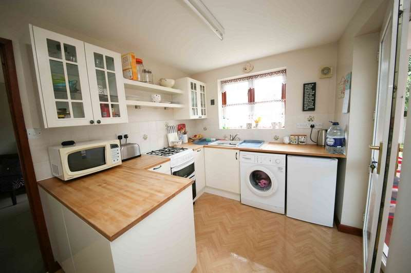 3 Bedrooms Bungalow for sale in Church Lane, Pershore, Worcestershire, WR10