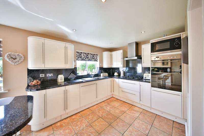 4 Bedrooms Detached House for sale in Dorchester Way, Hereford, Herefordshire, HR2