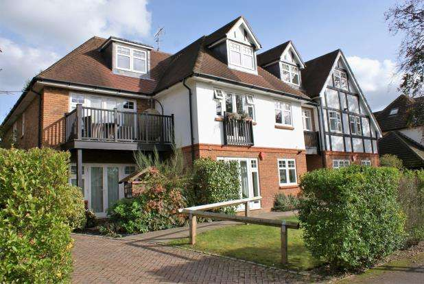 2 Bedrooms Flat for sale in West Hill Road, Woking, Surrey