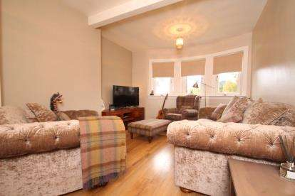 3 Bedrooms Flat for sale in Whirlie Road, Crosslee