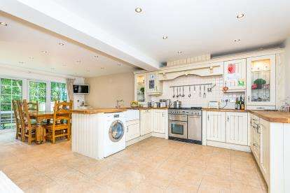 5 Bedrooms Detached House for sale in Pagets Chase, Cannock, Staffordshire