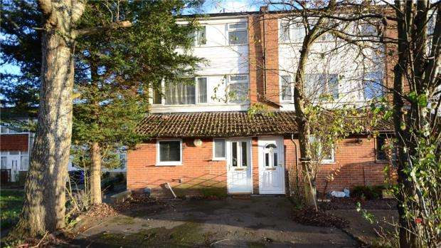 3 Bedrooms Maisonette Flat for sale in Kingsway, Blackwater, Camberley