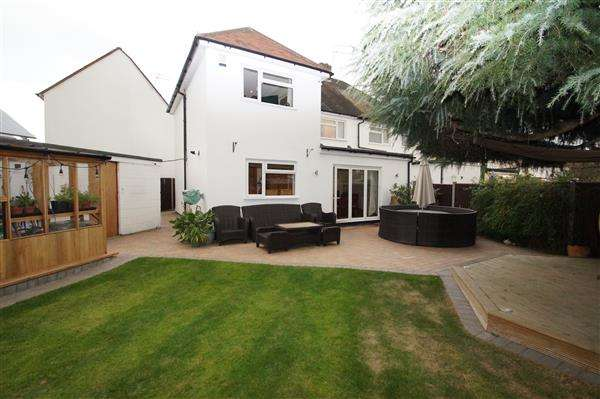 4 Bedrooms Semi Detached House for sale in Charter Road, Cippenham, Slough