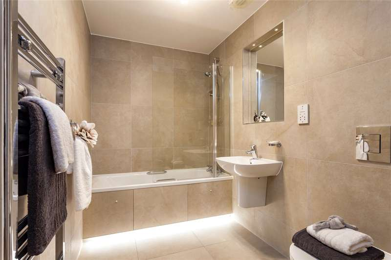 3 Bedrooms Flat for sale in Saturn House, 12-14 Station Road, Harrow, Middlesex, HA1